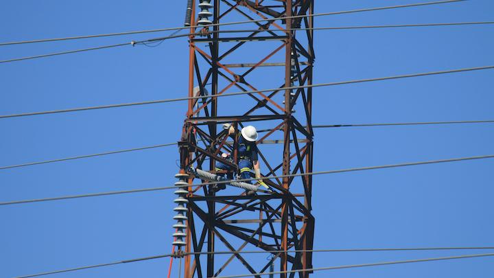 Content Dam Elp Online Articles 2015 April Power Transmission Worker Elp