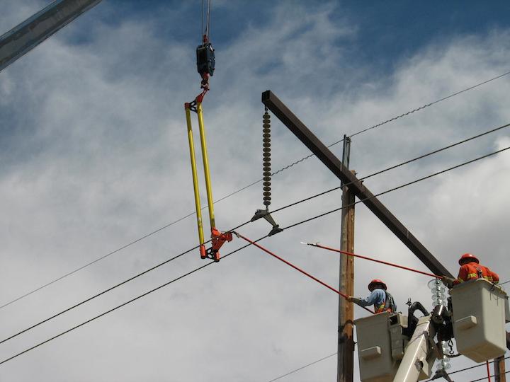 Content Dam Up En Articles 2014 09 Construction Equipment Bundle Lifter Simplifies Conductor Support Leftcolumn Article Thumbnailimage File